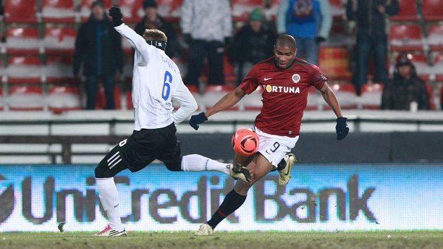 Útočník Sparty Leonard Kweuke se probíjí do šance v utkání proti CSKA Moskva