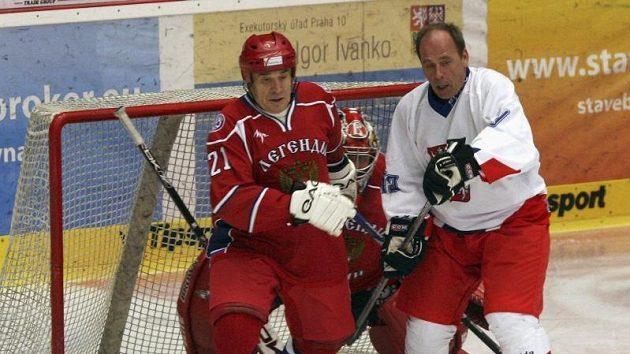 Slavný bek Jiří Bubla (vpravo) se dostal až před brankáře Vladimíra Myškina, kde ho bránil Jurij Šatalov.