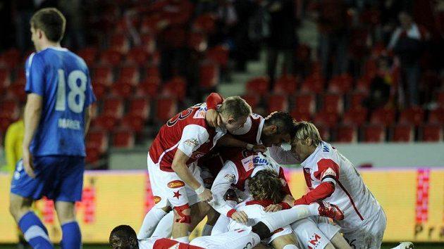 Fotbalisté Slavie praha se radují z gólu do sítě Baníku Ostrava. Vlevo je Tomáš Marek z Ostravy.