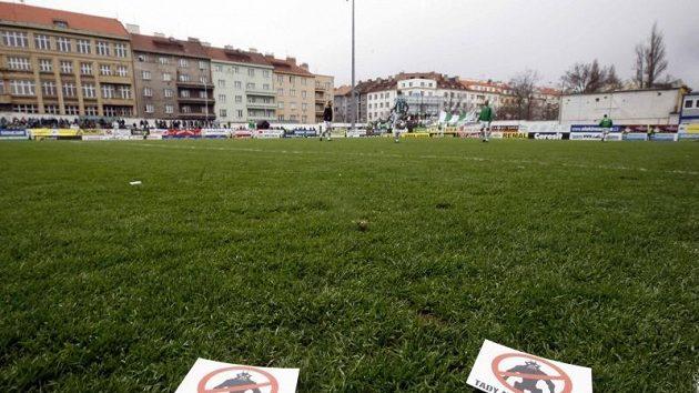 Letáčky vršovických fanoušků zřetelně vyjadřovaly jejich mínění o soupeři Bohemians Praha.
