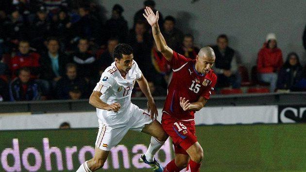 Milan Baroš uniká Arbeolovi v utkání České republiky se Španělskem.
