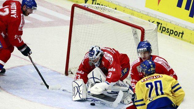 Brankář Jakub Štěpánek zasahuje v utkání proti Švédsku