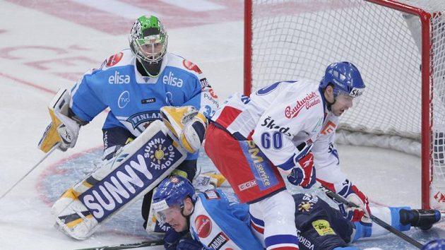 Tomáš Rolinek před brankou finského gólmana Tarkkiho.