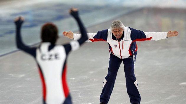 Trenér Petr Novák se raduje se svou svěřenkyní Martinou Sáblíkovou z druhé zlaté medaile z OH ve Vancouveru.