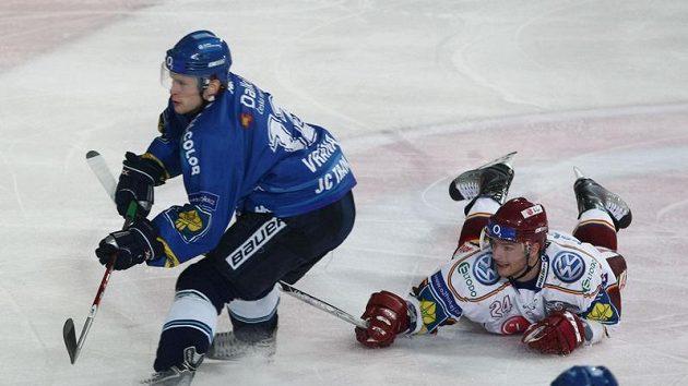 Vítkovického Petra Vránu (vlevo) se snaží zastavit sparťan Michal Gulaši.