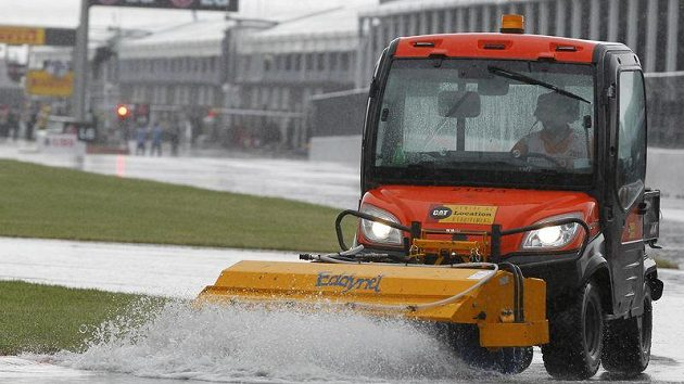 Pracovníci okruhu v Montrealu bojují s přívaly vody.