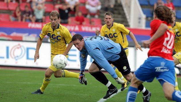 Brankář Teplic Tomáš Grigar (uprostřed) se snaží dostihnout míč, ke kterému se blíží plzeňský Petr Jiráček.