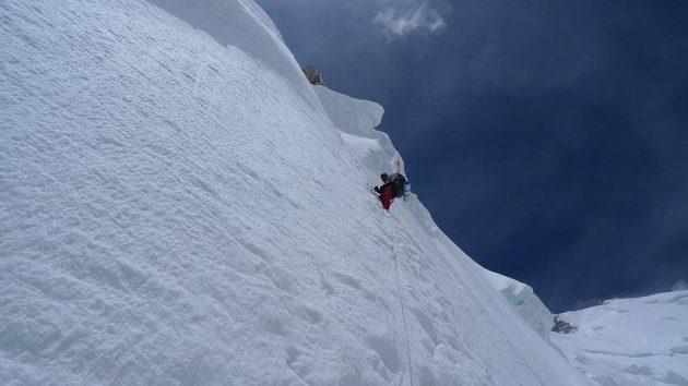 Jeden z exponovaných úseků při výstupu na Gasherbrum II.