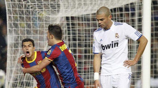 Pedro Rodriguez (vlevo) a David Villa se radují z gólu proti Realu Madrid