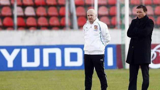 Trenér Michal Bílek a manažer Vladimír Šmicer na tréninku české reprezentace.