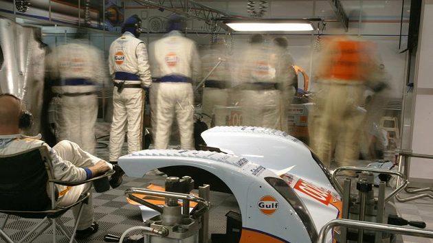 Technici Aston Martin během závodu 24 hodin Le Mans