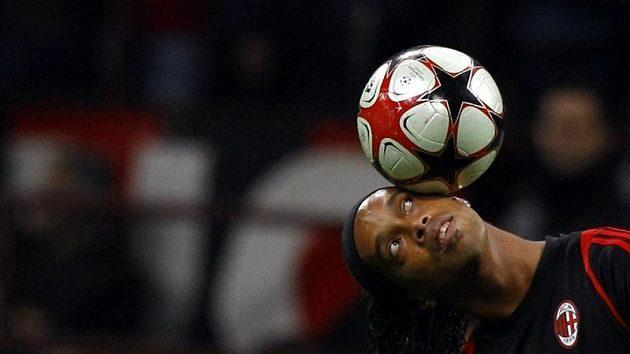 Míčový kouzelník Ronaldinho z AC Milán v duelu proti Realu Madrid