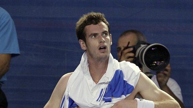 Andy Murray se převléká mezi výměnami