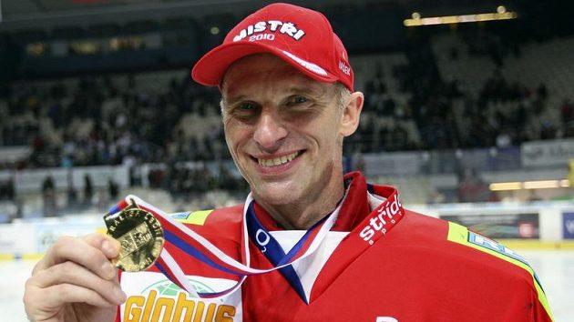 Brankář Pardubic Dominik Hašek se zlatou medailí pro vítěze extraligy.