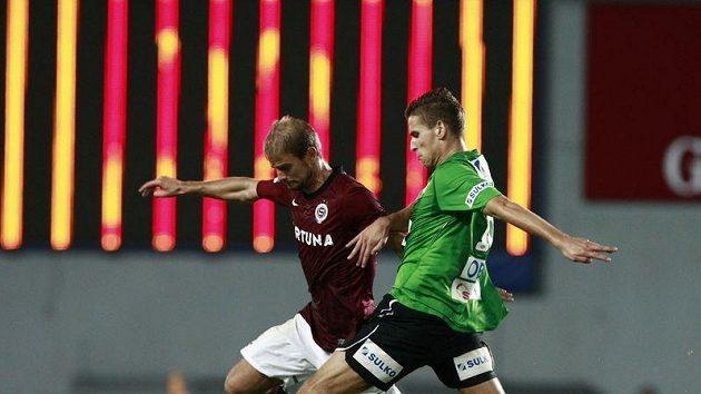 Jablonecký Jan Kovařík (vpravo) bojuje o míč se sparťanem Vlastimilem Vidličkou.