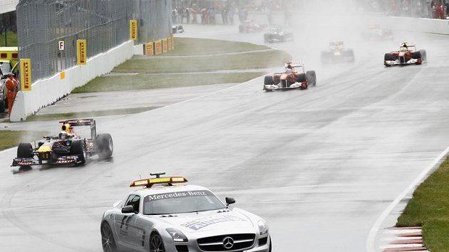 Safety Car hrál hlavní roli v úvodu deštivé Velké ceny Kanady.