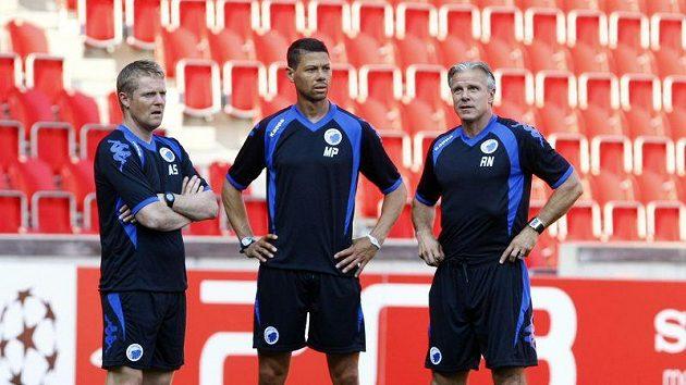 Trenér Kodaně Roland Nilsson (vpravo) přihlíží tréninku v Edenu před odvetou předkola Ligy mistrů s Plzní.
