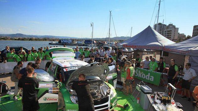 Servisní zázemí týmu Škoda Motorsport při Italské rallye na Sardinii.