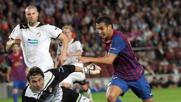 Pedro Rodriguez z Barcelony (vpravo) obchází gólmana Plzně Marka Čecha.