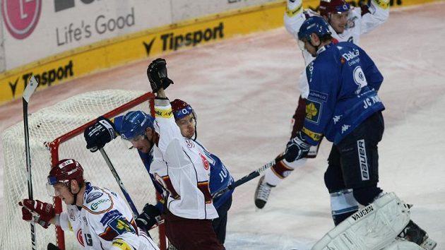 Sparťané Jakub Langhammer a Jan Hanzlík se radují z branky do sítě Vítkovic.