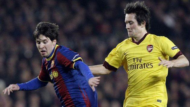 Tomáš Rosický z Arsenalu brání barcelonského Lionela Messiho.