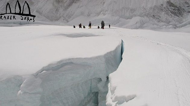 Šerpové vynášejí materiál pro své klienty ledopádem Khumbu.