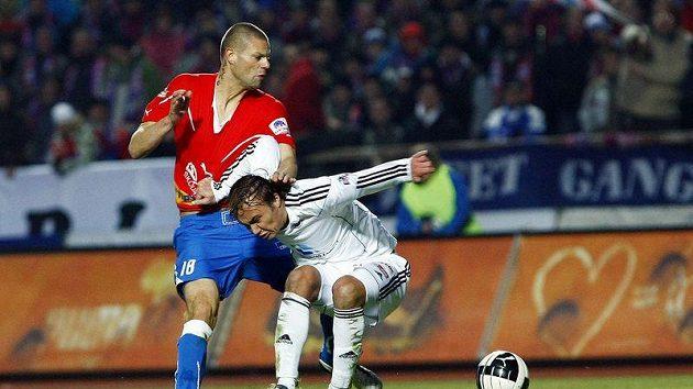 Plzeňský obránce Bystroň se přetahuje o míč s hradeckým Dvořákem.