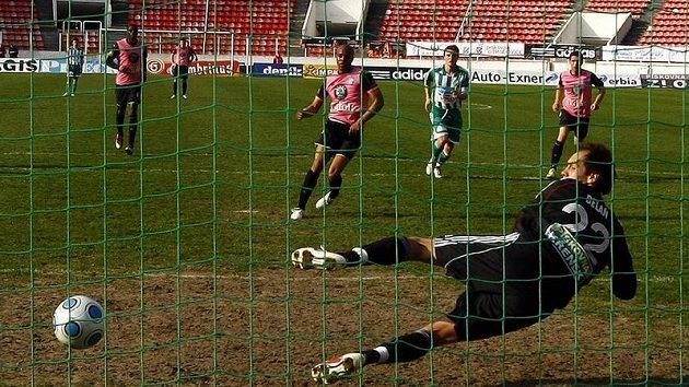 Mladoboleslavský Sylvestre překonává z penalty střížkovského Belaně.