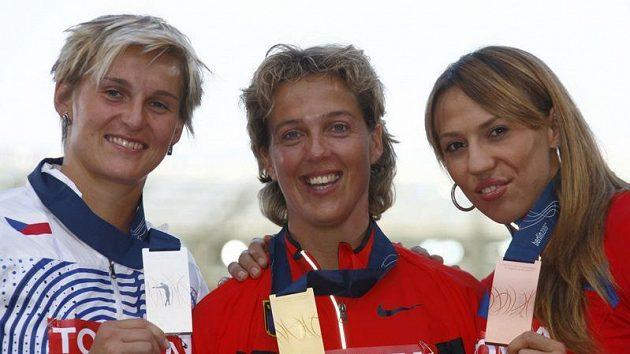 Medailistky ze soutěže oštěpařek na mistrovství světa v Berlíně. Uprostřed zlatá Němka Steffi Neriusová, vlevo stříbrná Barbora Špotáková a vpravo bronzová Maria Abakumová z Ruska.
