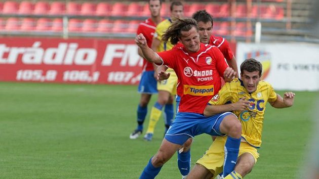 Petr Jiráček z Plzně (vlevo) se snaží odebrat míč Admiru Ljevakovičovi z Teplic.