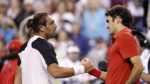 Roger Federer (vpravo) gratuluje k vítězství Marcosovi Baghdatisovi.