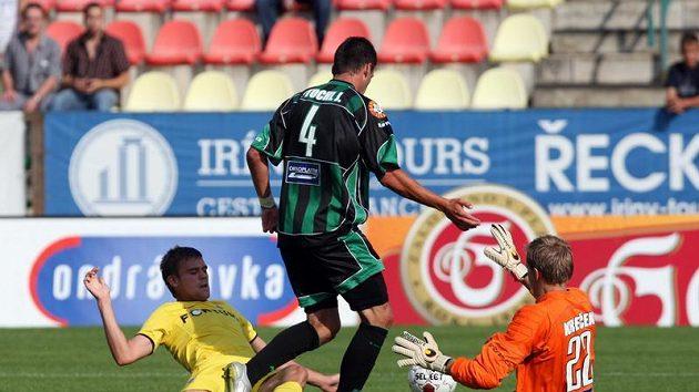 Sparťan Kalouda (ve žlutém) se snaží překonat příbramského gólmana Krbečka, kterému pomáhá spoluhráč Štochl.