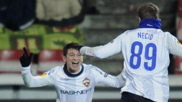 Alan Dzagojev (vlevo) se raduje se svým spoluhráčem z CSKA Moskva Tomášem Necidem z brany.