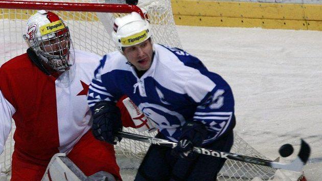 Kapitán Plzně Martin Straka se snaží tečovat puk před gólmanem Slavie Miroslavem Kopřivou.