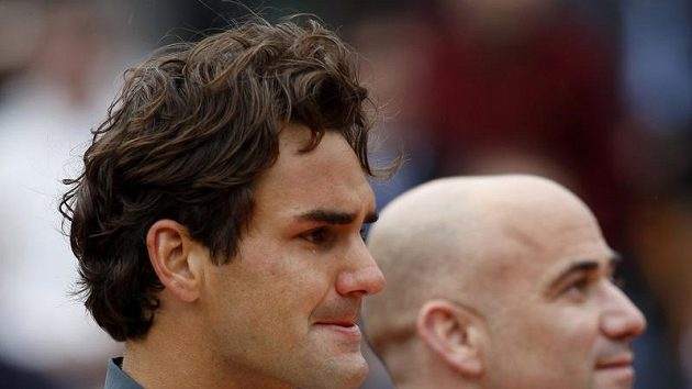 Dojatý Roger Federer vedle Andreho Agassiho po triumfu na French Open.