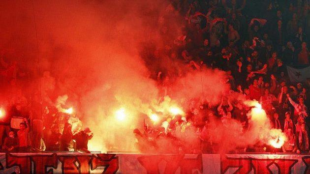 Bengálské ohně v sektoru Slavie při odvetě čtvtfinále Ondrášovka Cupu se Spartou.