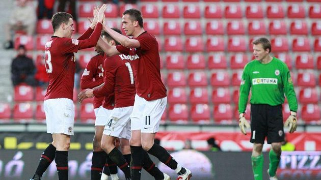 Sparťan Tomáš Pekhart přijímá gratulace ke vstřelenému gólu od obránce Kušníra.