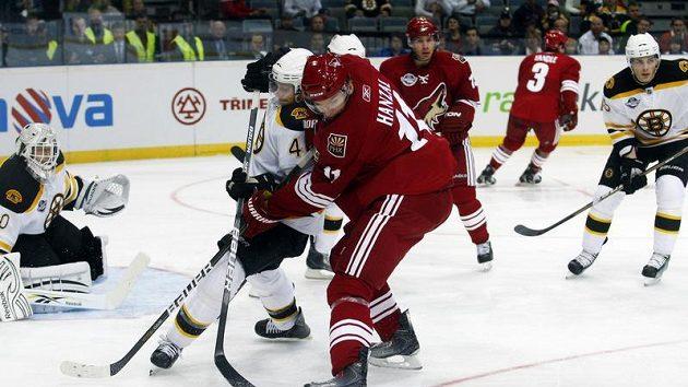 Seidenberg z Bostunu (vlevo) v souboji s Hanzalem z Phoenixu ve druhém pražském utkání NHL.