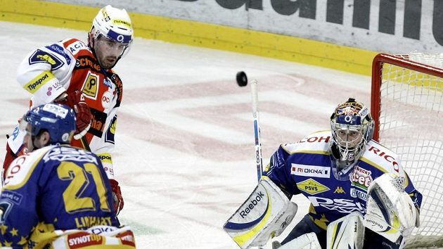 Gólman Zlína Jakub Sedláček hypnotizuje letící puk ve třetím duelu čtvrtfinále play-off proti Slavii.