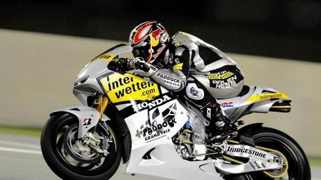 Večerní Aoyamovo testování na okruhu v katarském Losailu, kde se příští neděli jede při umělém osvětlení úvodní Grand Prix letošního šampionátu.