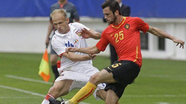 Fotbalista David Jarolím (vlevo) z týmu České republiky v souboji o míč s Belgičanem Stevenem Defourem v přátelském utkání v Teplicích