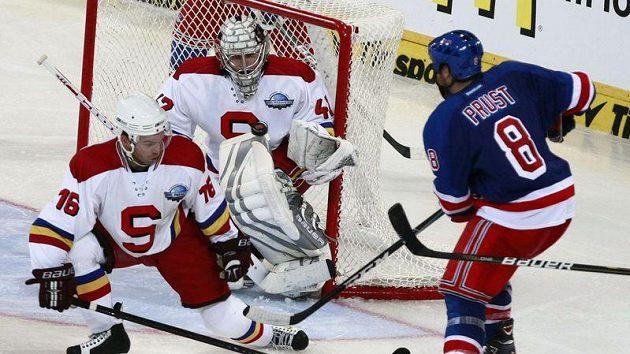 Brandon Prust z New York Rangers (vpravo) se snaží propasírovat puk přes bránícího sparťana Jaroslava Kasíka a brankáře Tomáše Pöpperleho.