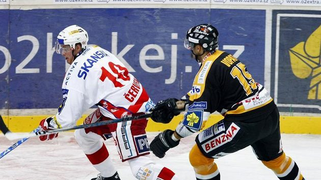 Hokejista Roman Vopat z Litvínova (vpravo) a slávistický útočník Roman Červenka