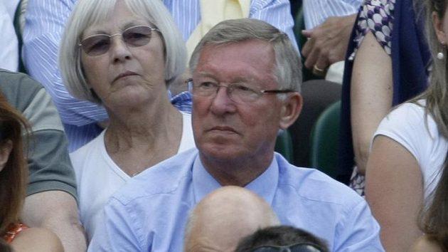Trenér Manchesteru United Sir Alex Ferguson sleduje finále Wimbledonu mezi Rogerem Federerem ze Švýcarska a Američanem Andy Roddickem.