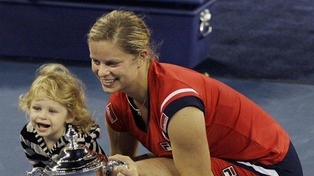 Belgická tenistka Kim Clijstersová pózuje společně se svojí dcerkou Jadou s trofejí pro vítězku US Open.