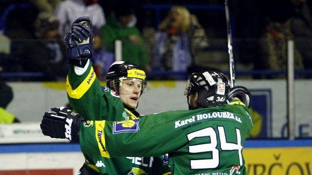 Karlovarští hokejité Nosek a Skuhravý se radují z gólu do sítě Kladna.