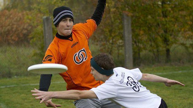 Prvního turnaje nového ročníku Středoškolské ligy v ultimate frisbee se zúčastnilo 16 týmů ze třinácti škol.