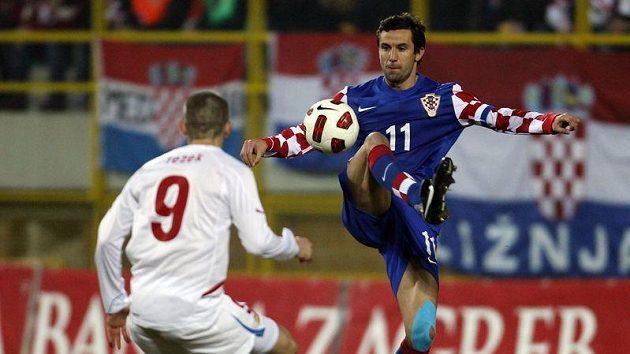 Chorvatský reprezentant Darijo Srna (vpravo) se snaží obejít Jana Rezka.