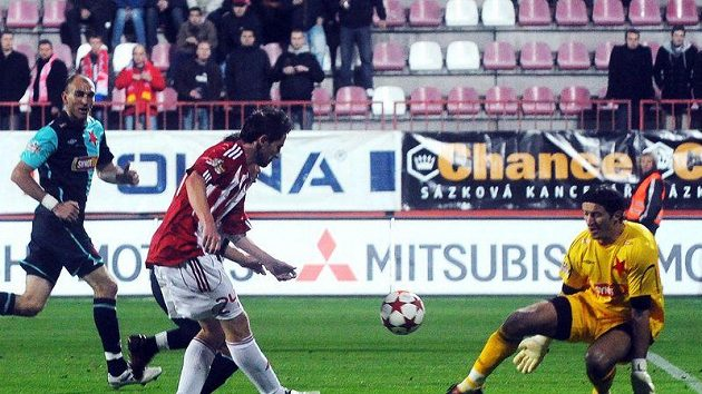 David Kalivoda z Viktorie střílí gól brankáři Slavie Čontofalskému