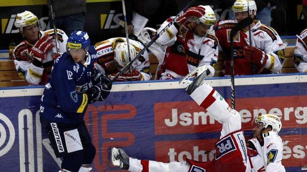 Jiří Vašíček ze Slavie (vpravo) padá na led po střetu s vítkovickým Lukášem Klimkem.